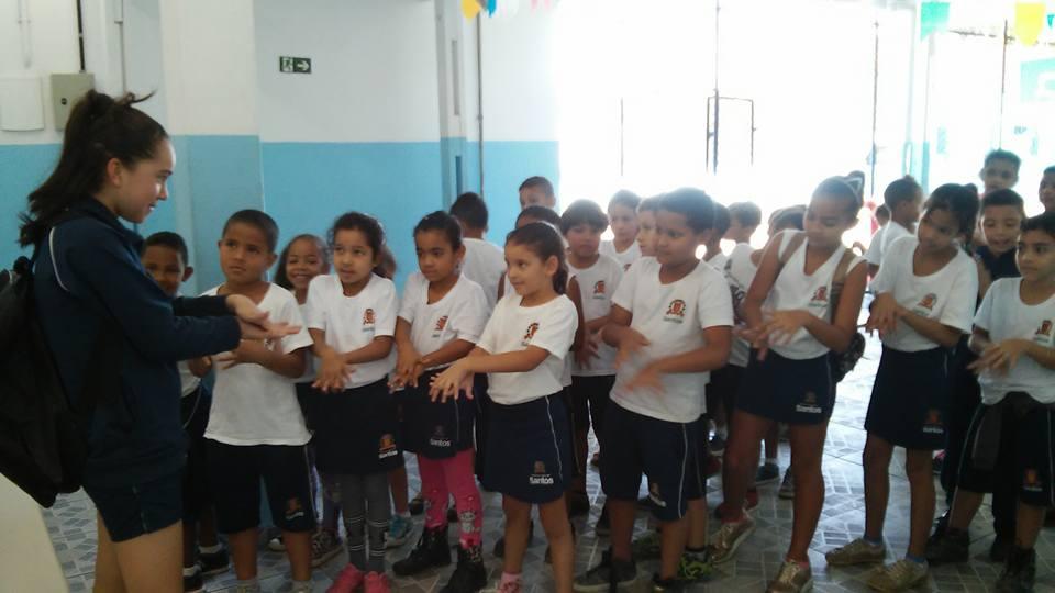 Estudante do Jovem Doutor ensina os pequenos a lavar corretamente as mãos. E olhem como eles aprendem rapidamente!